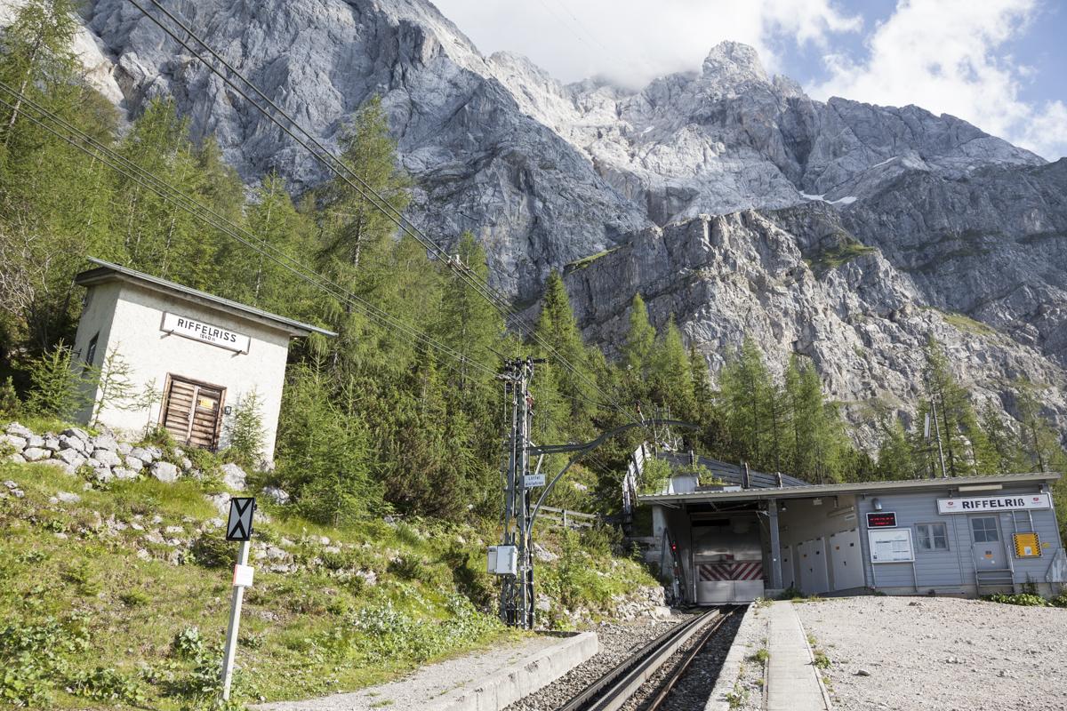 Haltestelle Riffelriss mit Zugspitze im Hintergrund