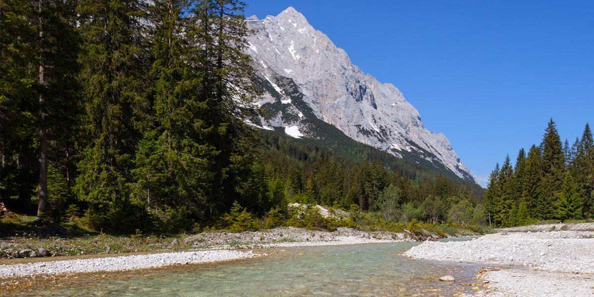 Leutascher Ache und Hochwand (2.719m) im Mieminger Gebirge