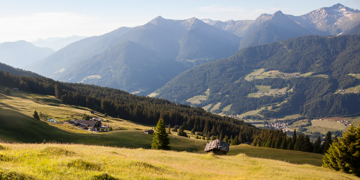 Blick von der Ochsenalm zu den Sarntaler Alpen - Links im Hintergrund die Dolomiten