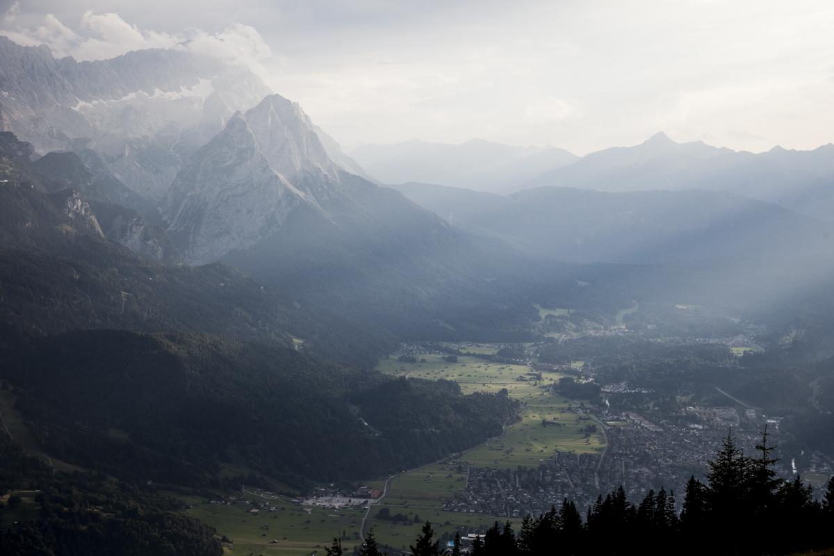 Blick vom Wank nach Garmisch und zur Zugspitze