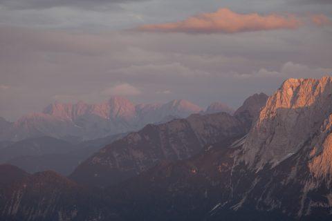 Blick vom Wank zum Wettersteingebirge (rechts) und zur Innsbrucker Nordkette (im Hintergrund)