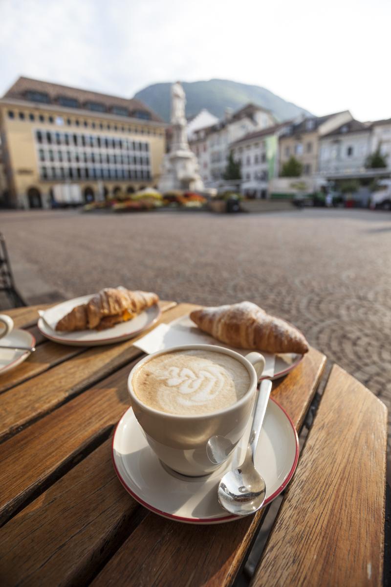 Cappuccino und Cornetto am Waltherplatz